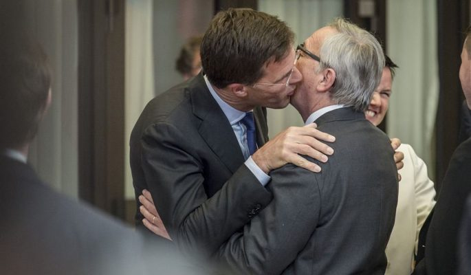 Rutte embrasse Juncker